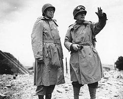 Les généraux collins et bradley dirigent la bataille de cherbourg
